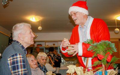 HSI Словении преподнесло подарки резидентам двух домов престарелых.