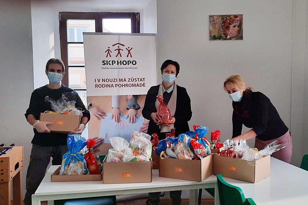 Geschenkpakete für Familien in einem Obdachlosenheim